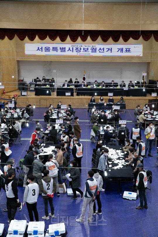 [포토] 서울시장 재보궐 선거, 분주한 개표작업